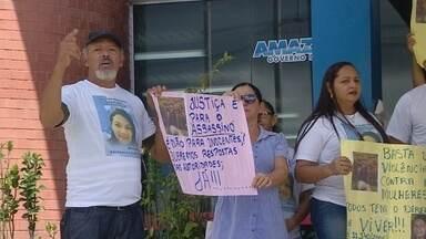 Familiares e amigos de professora morta no AM fazem protesto em delegacia - Ato foi realizado em Manaus. Grupo quer a prisão do ex-marido da vítima.