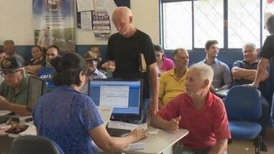 Produtores rurais de Ji-Paraná reclamam da demora para declarar vacinação de aftosa - Alguns agricultores acordaram cedo para conseguir uma senha de atendimento.