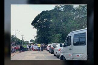Moradores do distrito de Mosqueiro fazem protesto e interditam acesso a praias - Comunidade enfrenta falta de ônibus, estradas esburacadas e ausência de fiscalização sobre vans e micro-ônibus que circulam na ilha.