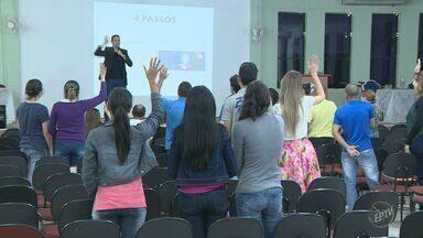 Feira de empregos em Americana atrai jovens e adultos desempregados - Evento reuniu empresas e agências de seleção na Faculdade de Americana.
