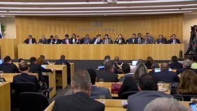 OAB decide apresentar pedido de impeachment contra o presidente Temer - Por 25 votos a um o conselho federal da Ordem dos Advogados do Brasil decidiu, em reunião extraordinária, apresentar um pedido de impeachment contra o presidente Temer. A reunião foi convocada depois da divulgação dos áudios.