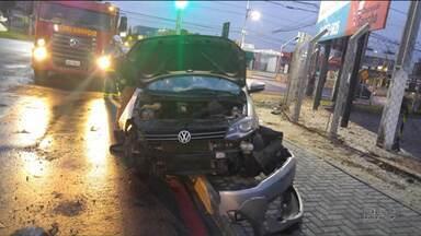 Quatro pessoas morreram em acidentes na região de Curitiba neste domingo (21) - Por causa do grande volume de chuva, as estradas ficam mais perigosas e os motoristas devem redobrar a atenção