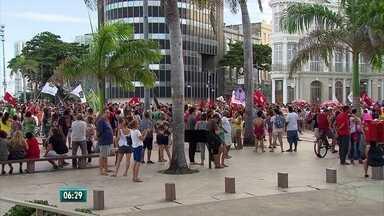 Manifestantes protestam contra Michel Temer no centro do Recife - Protesto pediu saída de Michel Temer da presidência da república