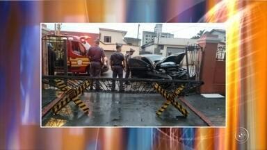 Motorista bate carro e derruba portão de batalhão da Polícia Militar em Sorocaba - Uma motorista bateu o carro no portão do Comando de Policiamento do Interior (CPI-7) e derrubou a estrutura na rua Bento Manoel Ribeiro, em Sorocaba (SP). O acidente aconteceu na manhã deste domingo (21).