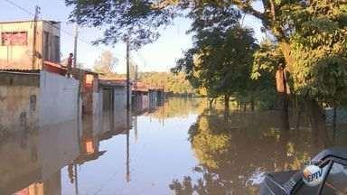 Rio Capivari transborda e alaga ruas de Capivari; moradores deixam casas - O transbordamento aconteceu nesta madrugada.