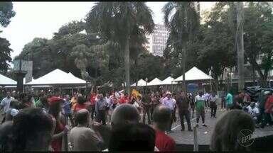 Manifestantes protestam contra o presidente Michel Temer em Ribeirão Preto, SP - Segundo organizadores, 150 pessoas se reuniram em frente à Esplanada do Theatro Pedro II.