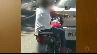 Menino sem capacete é flagrado pilotando moto em avenida de João Pessoa - Flagrante foi feito pela reportagem da TV Cabo Branco.