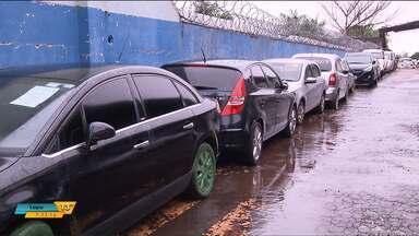 Pátio onde ficam carros apreendidos pela polícia vira alvo de furtos - Vigilantes particulares foram contratados para cuidar do local.