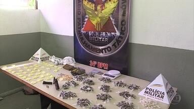 Polícia apreende drogas e arma na Vila São José, em BH - Um adolescente foi detido com parte do material, de acordo com a PM.