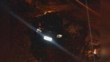 Caminhonete cai em buraco após ser arrastada por enxurrada em Itirapina, SP - Seguradora foi chamada e retirou veículo do local.