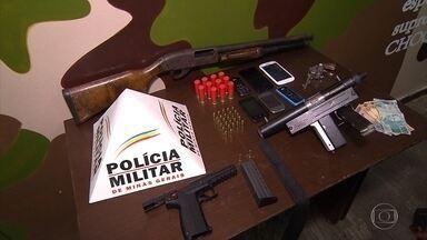 Três homens são presos com armas e munição em cidades da Grande BH - Em uma das ocorrências, os suspeitos tentaram subornar os policiais.