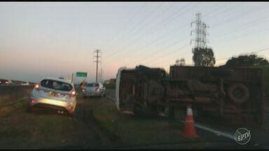 Acidente sem vítimas deixa trânsito lento na Rodovia Anhanguera, em Campinas - Utilitário tombou no km 93 da via marginal, em Campinas.