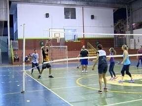 Famílias se unem para praticar vôlei em Presidente Prudente - Pais, filhos e avós se divertem com a modalidade esportiva.