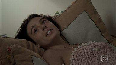 Rita chama Jeiza para ser madrinha do bebê - A policial leva esposa de Ruy para a casa de Edinalva e pede segredo sobre seu trabalho como policial