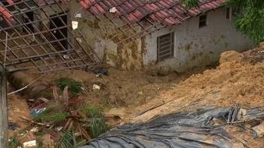 Duas pessoas morrem após deslizamento de barreira no Recife - Uma senhora e o sobrinho dela morreram soterrados no bairro de Dois Unidos.