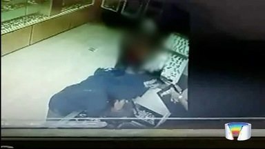 Homem armado assalta loja de jóias em Lorena - Câmeras gravaram ele chegando ao local de bicicleta.