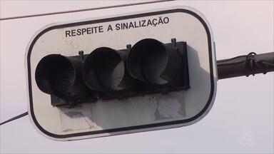 Semáforos danificados provocam transtornos no trânsito de Macapá - A Companhia de Trânsito e Transporte de Macapá (CTMac) informou que a oscilação de energia vem provocando a queima dos equipamentos. Já a Companhia de Eletricidade do Amapá (CEA), afirmou que está trabalhando pra dar estabilidade ao sistema.