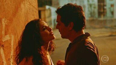 Amor que Fica - Adriano se envolve com a mulher de um detento a quem decide ajudar, o que pode virar a vida do agente de pernas para o ar.