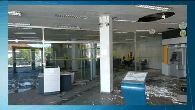 Bandidos explodem agência bancária em Ingá, PB - Segundo a PM, os criminosos fizeram pessoas reféns e as colocaram na frente da agência para servirem de escudo humano.