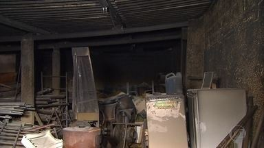 Incêndio atinge garagem de casa na Região da Pampulha, em Belo Horizonte - No local estavam armazenados eletrodomésticos, máquinas e madeiras.