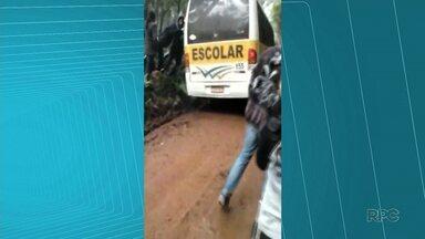 Alunos de comunidade rural de Guarapuava sofrem com as condições das estradas - Na semana passada ônibus atolou. Alunos tiveram que descer pra ajudar a empurrar o ônibus.