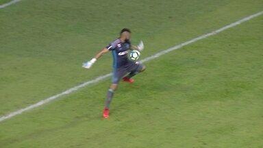Show de lambanças! Muralha comete dois erros quase em sequência contra o Sport - Goleiro do Flamengo tocou com o braço após um recuo e entregou a bola no pé de Osvaldo no lance do gol adversário.