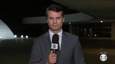 TSE decide não cassar a chapa Dilma-Temer - Por 4 votos a 3, o TSE decidiu não cassar a chapa Dilma-Temer. O voto decisivo foi do ministro Gilmar Mendes.