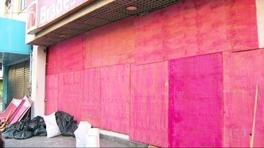 Bandidos explodem caixa eletrônico em Pilares, Zona Norte do Rio - A explosão foi na madrugada de domingo (11). A agência bancária teve os vidros quebrados.
