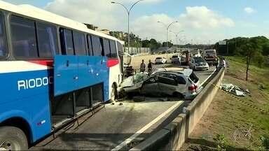 Acidente com ônibus e carro na Linha Vermelha deixa uma pessoa morta e duas feridas - Trânsito na via expressa ficou complicado.De madrugada, outro acidente grave feriu o motorista de ônibus, na Avenida Presidente Vargas.