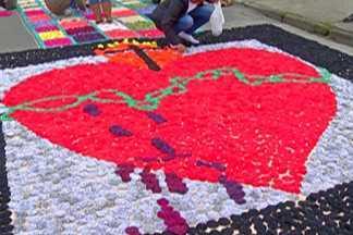 Criatividade e religiosidade: grupos montam tapetes de Corpus Christi no Alto Tietê - Atração reúne adultos, crianças e adolescentes no feriado católico que celebra o corpo de Cristo.