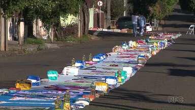 Celebrações do Corpus Christi reúnem tapetes de materiais recicláveis e até donativos - Os fieis madrugaram em todas as paróquias pra deixar prontos os tapetes por onde passou a procissão.