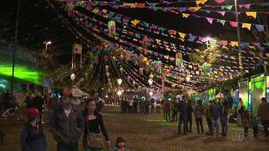 Centenas de pessoas participam da primeira noite da festa junina de Ibiporã - Muitas pessoas vestiram o xadrez e foram a caráter pra festa, que segue até domingo.