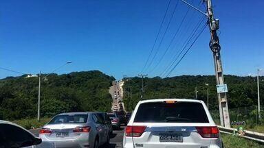 Estrada para Porto das Dunas tem trânsito intenso neste feriado - PRF realiza operação para evitar infrações por excesso de velocidade.