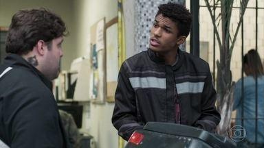 Moqueca pede ajuda a Anderson para conseguir um emprego - Ele aconselha o amigo a desistir do namoro com Tina