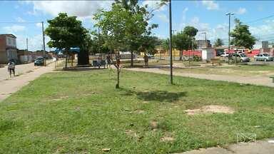 Moradores do São Raimundo aproveitaram o dia de folga para fazer uma limpeza no local - Depois de tanto se depararem com a praça do bairro suja e cheia de mato, moradores do São Raimundo aproveitaram o dia de folga para fazer uma limpeza no local.