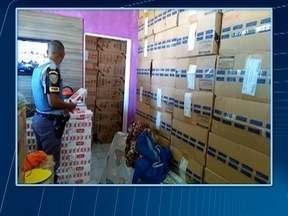 Casa lotada de cigarros contrabandeados é encontrada pela Polícia Rodoviária - Cinco cômodos do imóvel, em Presidente Epitácio, continham caixas da mercadoria.