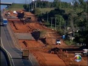 Cart libera tráfego de veículos na passagem que dá acesso ao Bairro Vencesville - Fechamento temporário ocorreu para dar continuidade em obras no local.