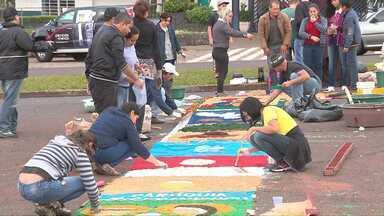 Fiéis participam da montagem dos tapetes e procissão de Corpus Christi - Os voluntários madrugaram para embelezar as ruas e depois participar da celebração da instituição da eucaristia.