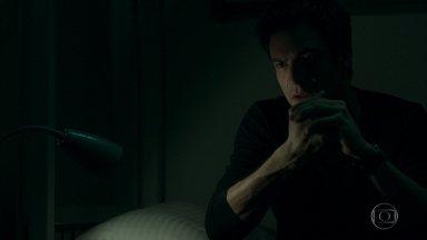 Eric é transferido para cela especial - Ele tenta lembrar detalhes do dia do roubo e percebe que pegou óculos no quarto de Bebeth