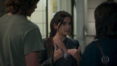 Bebeth conta para Antônia que pegou os óculos no chão - A menina conta que objeto que incriminou o pai não pertence a ele