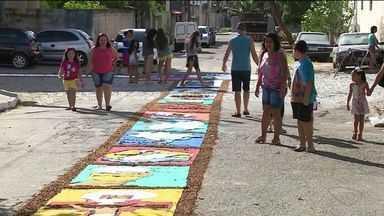 Moradores de Cachoeiro de Itapemirim fazem tapetes de Corpus Christi no ES - Tradição do feriado é fazer tapetes com temas religiosos.