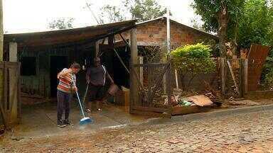 Após enchente, famílias começam a voltar para casa na Fronteira Oeste do RS - Moradores precisam remover a lama que tomou conta das casas.