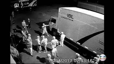 Celular é o objeto mais visado por assaltantes no Rio, diz polícia - Em abril, Rio registrou 2.519 roubos de celular, média de 84 por dia. Empresas de transporte aumentam segurança quando a carga é o aparelho.
