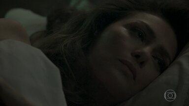 Joyce finge dormir quando Eugênio chega em casa - Advogado passa a noite com Irene, mas se sente culpado