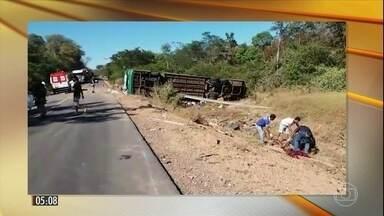 Acidente com ônibus deixa nove mortos e quase 20 feridos no Piauí - No Piauí, um acidente com um ônibus de turismo deixou nove mortos e quase 20 feridos. Maioria das vítimas estava sem cinto de segurança.