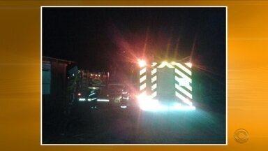 Incêndio atinge prédio em Urussanga; Três pessoas ficam feridas em acidente na SC-108 - Incêndio atinge prédio em Urussanga; Três pessoas ficam feridas em acidente na SC-108
