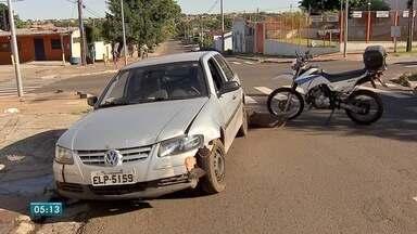 Condutor sem CNH e alcoolizado bate em viatura policia, em Campo Grande - Jovem já tinha passagem por direção perigosa e por dirigir embrigado. Ele foi levado para a delegacia. Policial não se machucou.