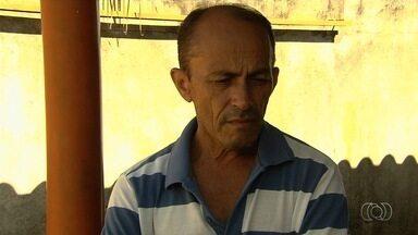 'É desumano', diz pai de jovem morta a tiros junto com o namorado em Goiás - Revoltado, ele cobrou uma punição para os responsáveis pelo duplo homicídio. Casal foi assassinado com vários disparos em Aparecida de Goiânia; polícia apura o caso.