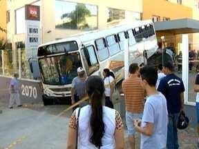 Ônibus invade hotel na Avenida Manoel Goulart após motorista passar mal - Veículo estava com 15 passageiros e alguns ficaram feridos.