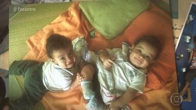 Marcelo e Jakeline transformaram a vida após o nascimento dos filhos autistas - A mãe pediu demissão e cuida exclusivamente dos gêmeos enquanto o pai trabalha em dois empregos para sustentar a família.
